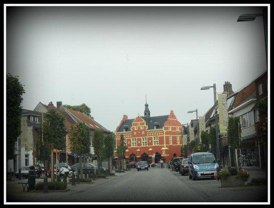 Hotel De Boskar: De Markt met de brasserie op de achtergrond.