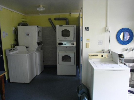 Pacific Coast Lodge and Backpackers: Laundry facilities