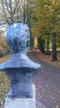 Kungsparken : Statue's head looking the passage way