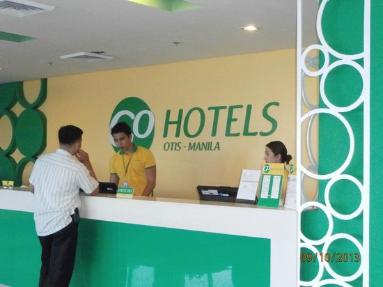 Go Hotels Otis-Manila: Reception with attentive staff