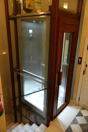 Corral del Rey: elevator in annex