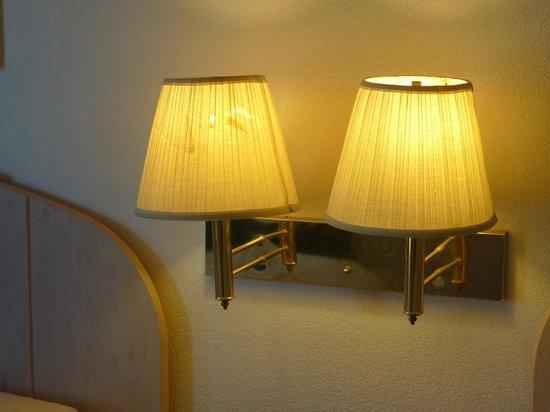 Knights Inn Grand Blanc : Broken lamp screens