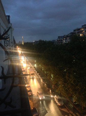 Best Western Hotel Marais Bastille : THE VIEW TO THE LEFT