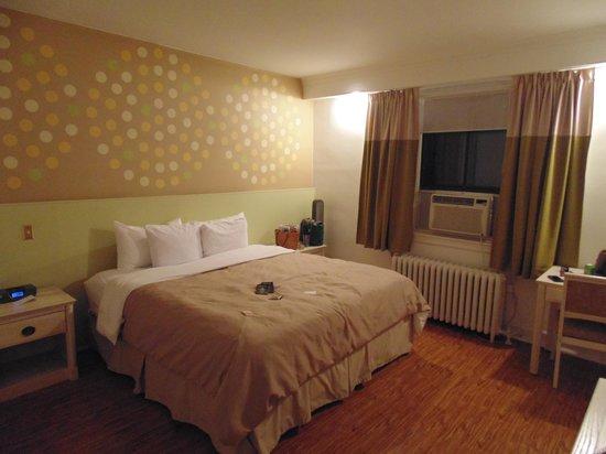 Hotel St-Denis: King Bed - Room 305