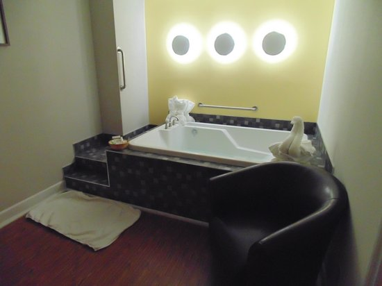 Hotel St-Denis: Jacuzzie for Two - comes with robes!