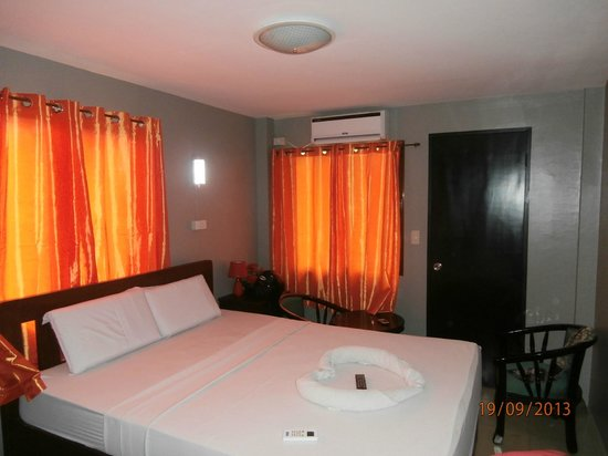 Hotel Europa Basak Philippines: Queen Bed-comfortable spacious room