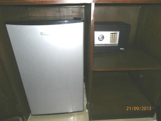 Hotel Europa Basak Philippines: New Fridge and safe behind spacious cabinitry