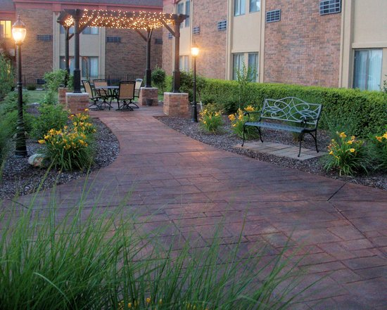 Quality Inn & Suites Kansas City Airport North: Garden Area at Night
