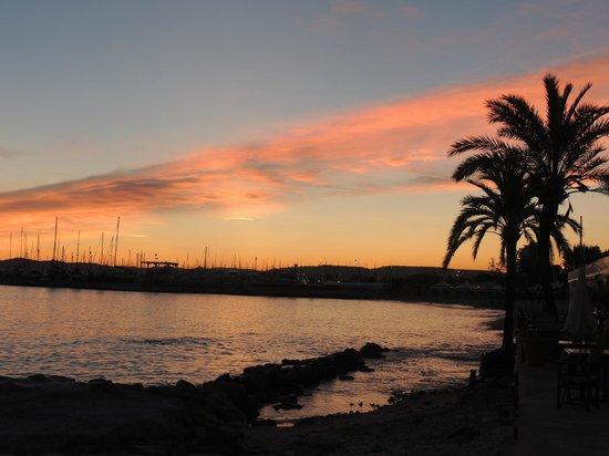Holiday Inn Nice - Saint Laurent Du Var : Sunset at the promenade bellow Holiday Inn - Port St Laurent
