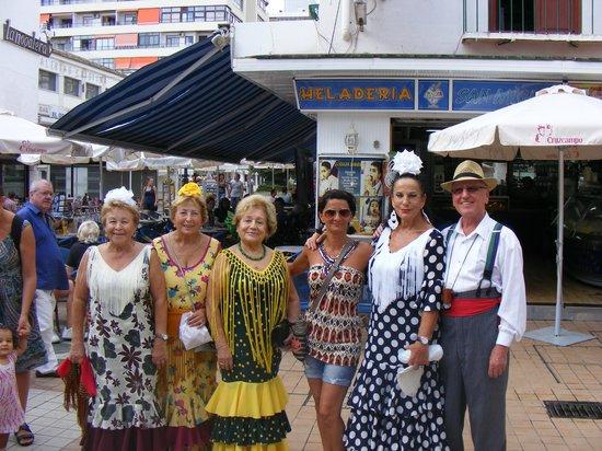 Calle San Miguel : les torremolinenses en tenues traditionelles