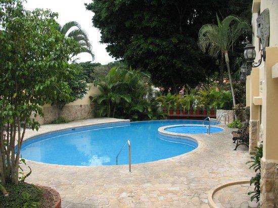Adventure Inn: piscina y jacuzzi