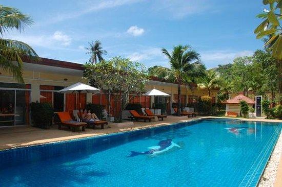 Phuket Sea Resort: Poolside