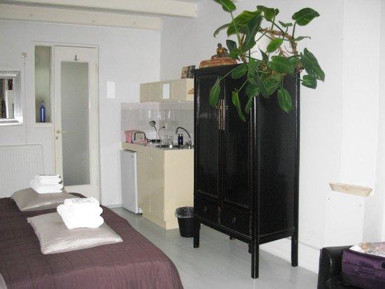 WestViolet Bed & Breakfast: Quarto térreo - a pia da mini cozinha também serve como lavatório