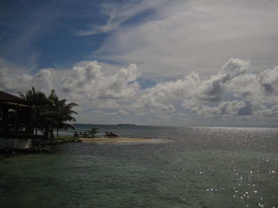 Hatchet Caye Resort: View of Hatchet Caye from end of dock