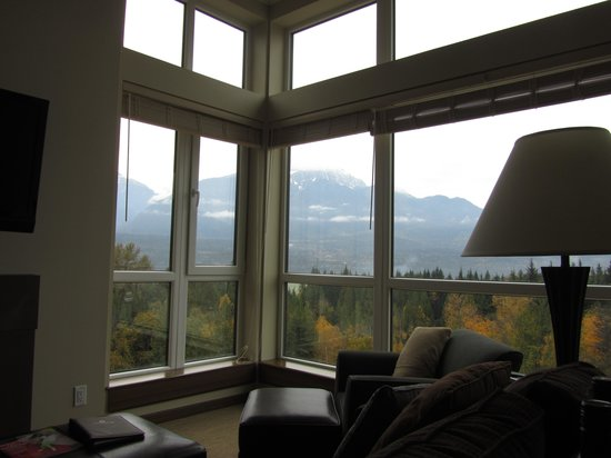 The Sutton Place Hotel Revelstoke Mountain Resort: Amazing mountain views from the huge windows