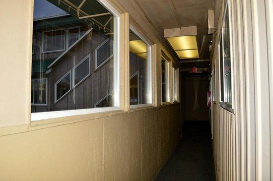 Creekwood Inn : Quiet hallway