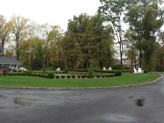 Sharon Country Inn : view to the drive
