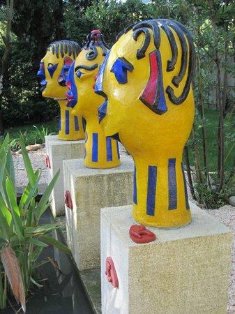 Mas de l'Amarine : Quirky sculptures around the koi pond