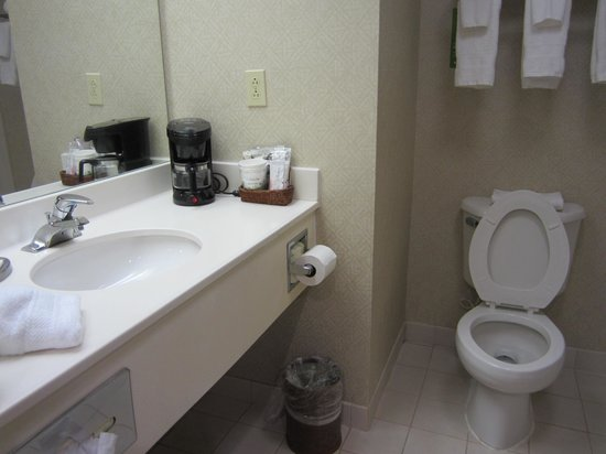 Hampton Inn Bedford: bathroom 2