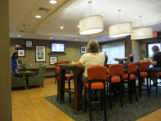 Hampton Inn Bedford: breakfast area