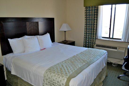 Ramada Long Island City: chambre grand lit