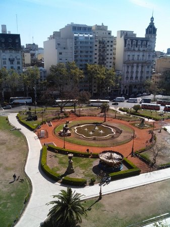 Ibis Buenos Aires: Praça de frente para o hotel