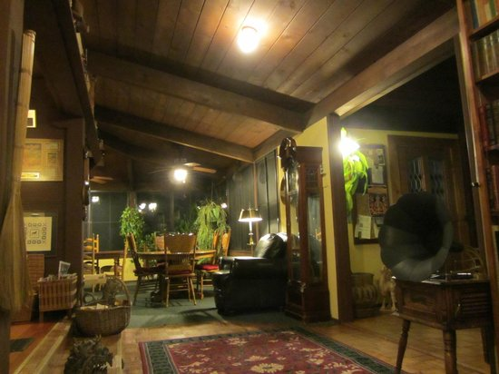 Strawberry Creek Inn: Common area at night