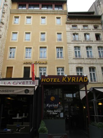 Kyriad Avignon - Palais Des Papes : Street view of the hotel