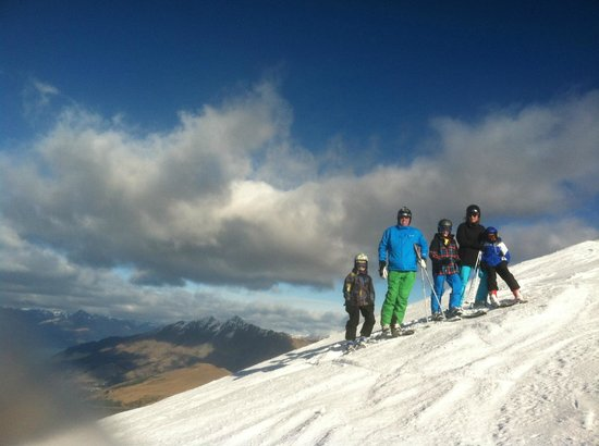 Coronet Peak: The family on The M1 looking towards Queenstown