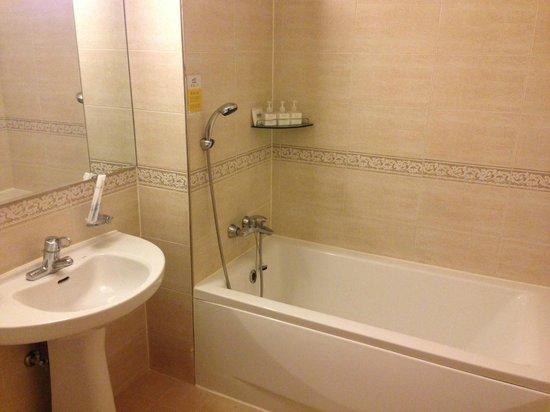 LEX Tourist Hotel: Bathroom