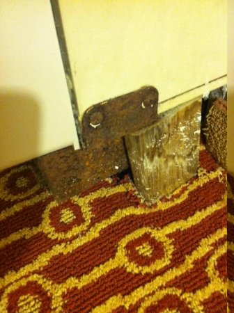 TownePlace Suites Cincinnati Blue Ash: Corroded Air Conditioner