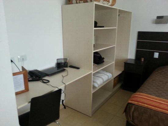 ayekan apart hotel escritorio de habitacion y placard