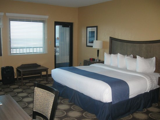 Best Western New Smyrna Beach Hotel & Suites: King size bed, note another view of the ocean