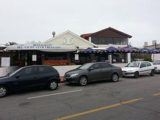 Yacht Club Uruguayo : vista del restaurant y terraza exterior