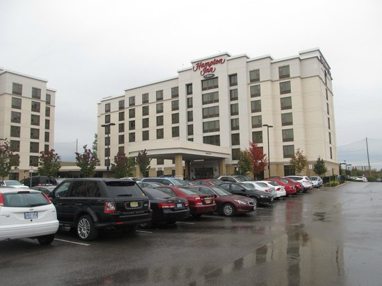 Hampton Inn by Hilton Toronto Airport Corporate Centre: Hotel from parking lot.