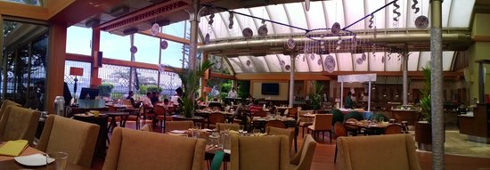 The Gateway Hotel Marine Drive Ernakulam: All day cafe - right on the waterfront