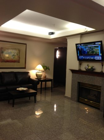 Holiday Inn Express - Kamloops: Front Foyer