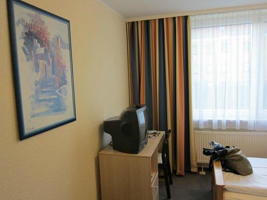 Leonardo Hotel Freital: レオナルド ホテル ドレスデン フライタール  ・・・清潔なお部屋テレビは古い