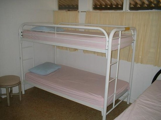 Hostelling International - Honolulu : Women's dormitory bunks