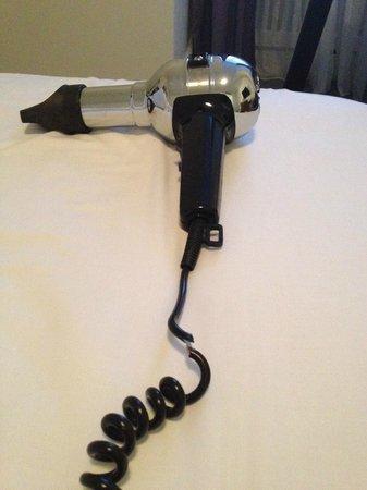 Scandic Palace Hotel: Der Fön mit kaputtem Kabel (funktioniert hat er)