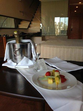 Insotel Fenicia Prestige Suites & Spa: Bienvenida con botella de cava acompañada de frutas