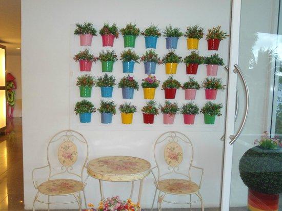 Samui Verticolor: artwork on the wall of reception