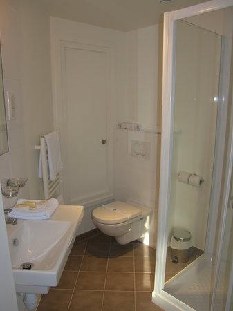 Comfort Hotel Annemasse Geneve: Salle de bain de la nouvelle chambre