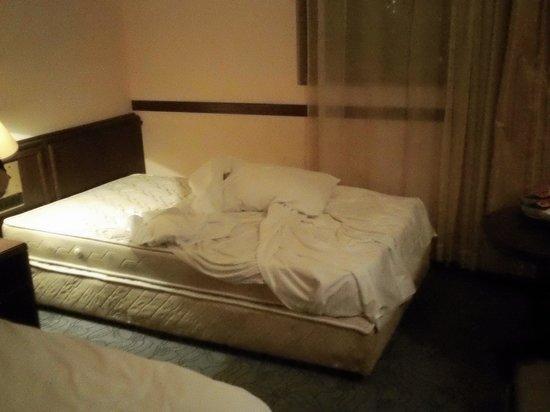 Sofia Plaza Hotel: Así dejaron la cama el primer día.