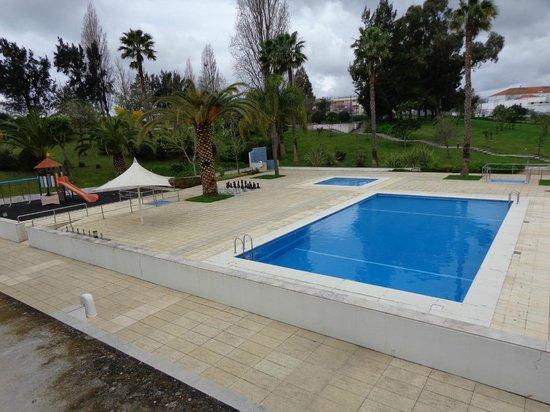 Novotel Setubal : Zona recreativa de piscinas desde la ventana de la habitacion