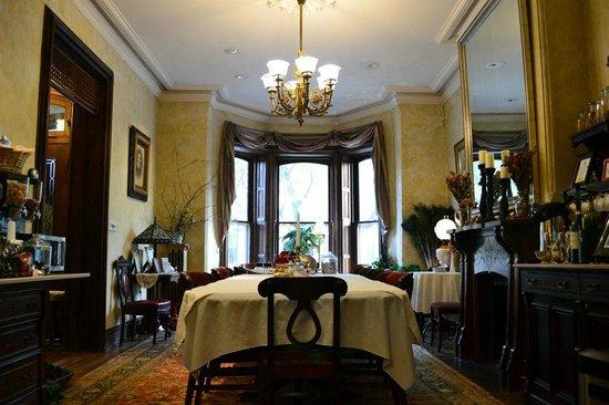 William Lewis House: Столовая