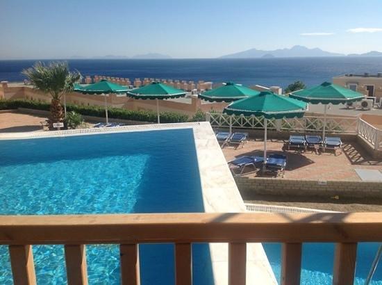 Mitsis Family Village Beach Hotel: dangerous drop between pools