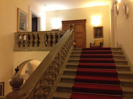 Hotel Bosone Palace: La scalinata che porta alle camere