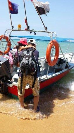 Melina Beach Resort Pulau Tioman Malaysia: Off boarding from speed boat