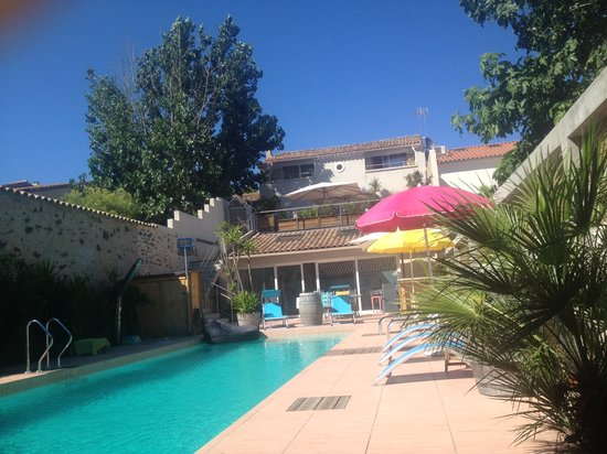 Petit Hotel Marseillan: pool area with summer kitchen in the back